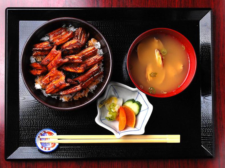 穴子飯(汁物・漬物付)の写真