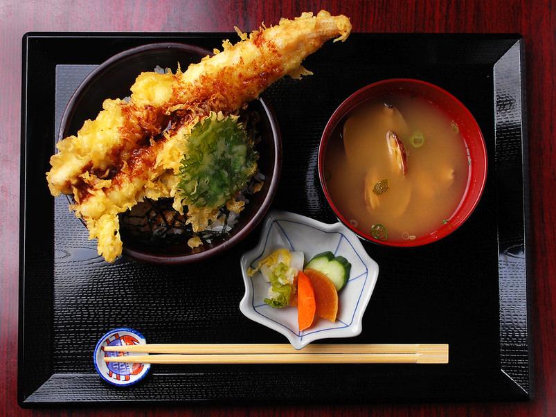 穴子一本 天丼(汁物・漬物付)の写真